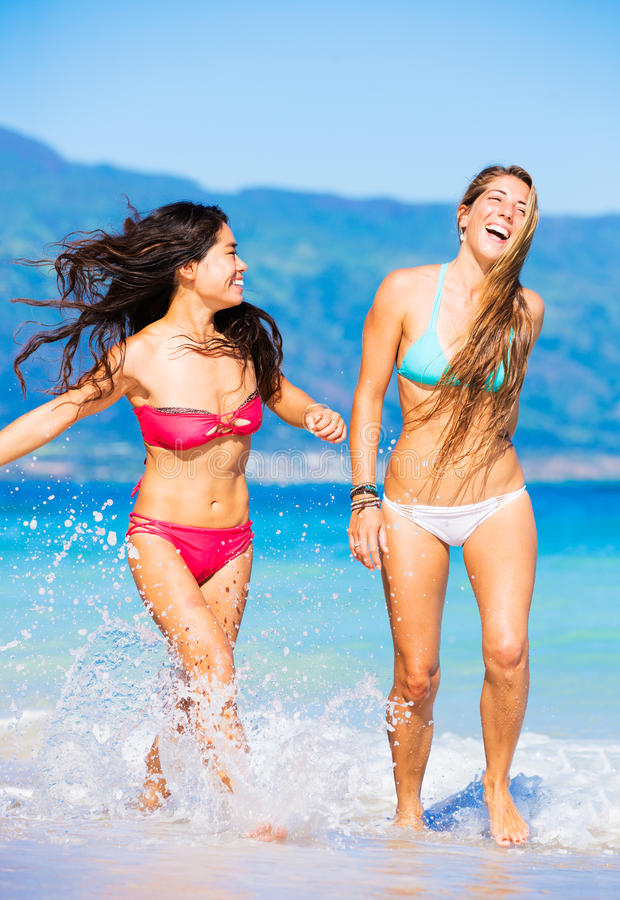Twee Mooie Jonge Meisjes op het Strand stock foto