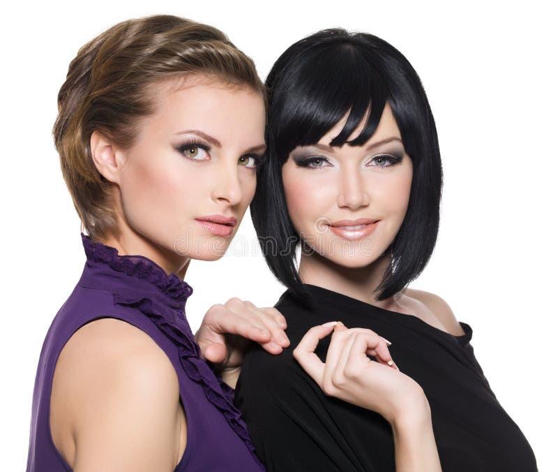 Twee mooie jonge sensuele aantrekkingskrachtvrouwen stock fotografie