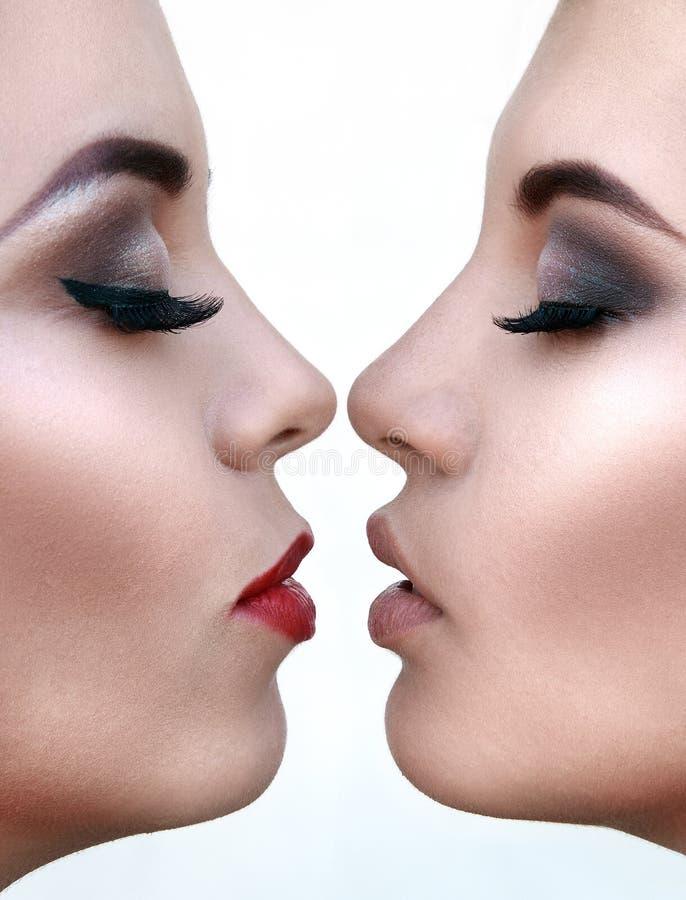 Twee mooie jonge vrouwen met de samenstelling van uitstekende kwaliteit, close-up Ha royalty-vrije stock foto's