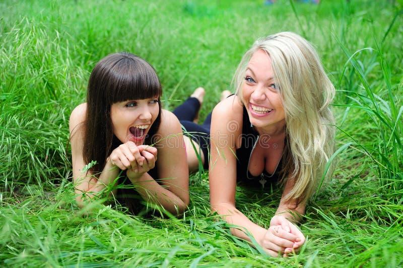 Twee mooie jonge vrouwenvrienden. royalty-vrije stock afbeeldingen