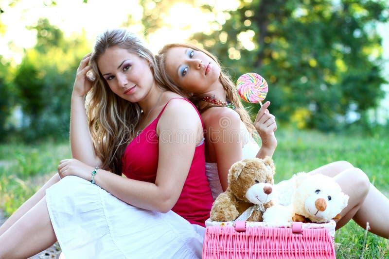 Twee mooie Kaukasische vrouwen met suikergoed stock afbeelding