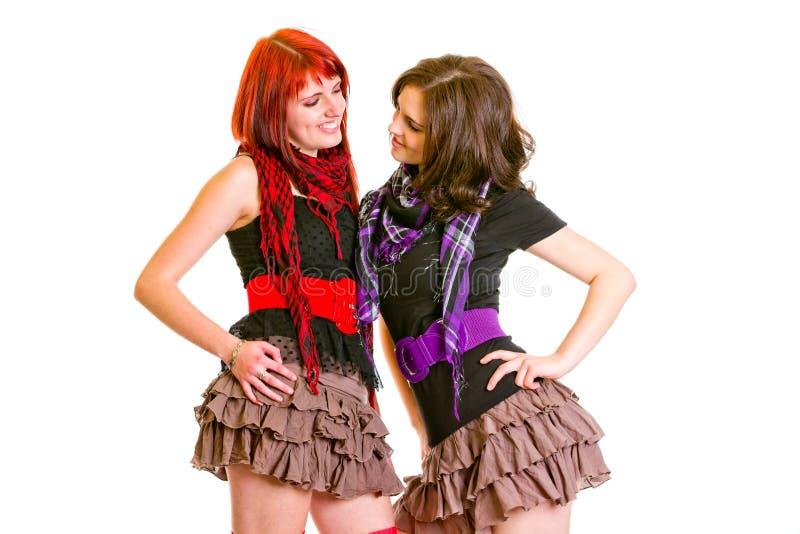 Twee mooie meisjes die elkaar bekijken stock fotografie