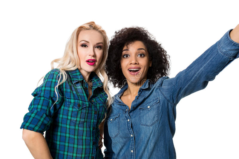 Twee mooie meisjes die selfie maken stock foto