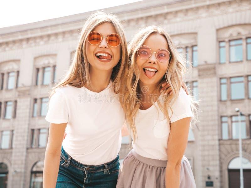 Twee mooie in meisjes die in studio stellen royalty-vrije stock afbeelding