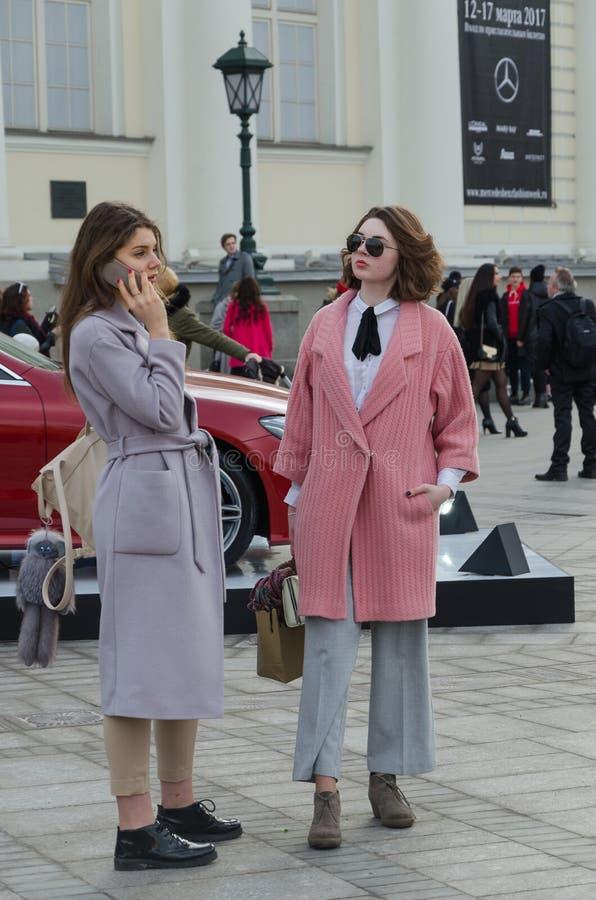 Twee mooie meisjes kleedden zeer modieus royalty-vrije stock foto's