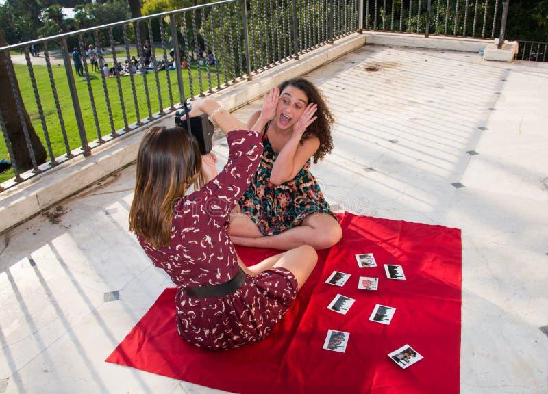 Twee mooie meisjes nemen foto's voor sociale media royalty-vrije stock afbeeldingen