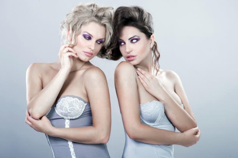 Twee mooie sexy jonge vrouwen. royalty-vrije stock afbeeldingen