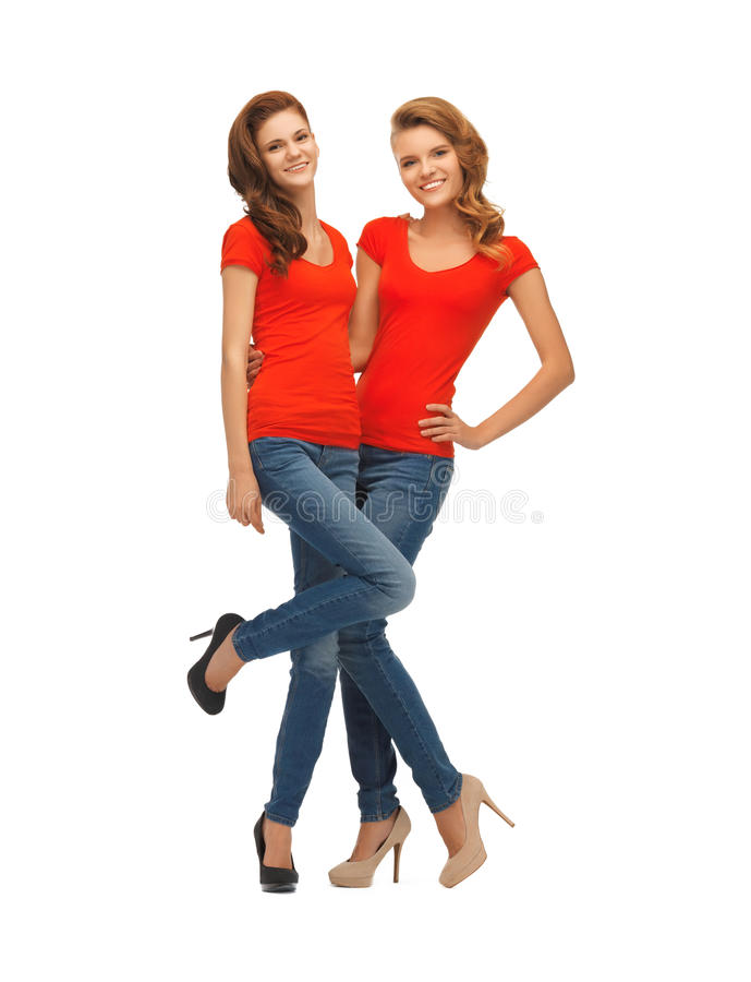 Twee mooie tieners in rode t-shirts royalty-vrije stock foto