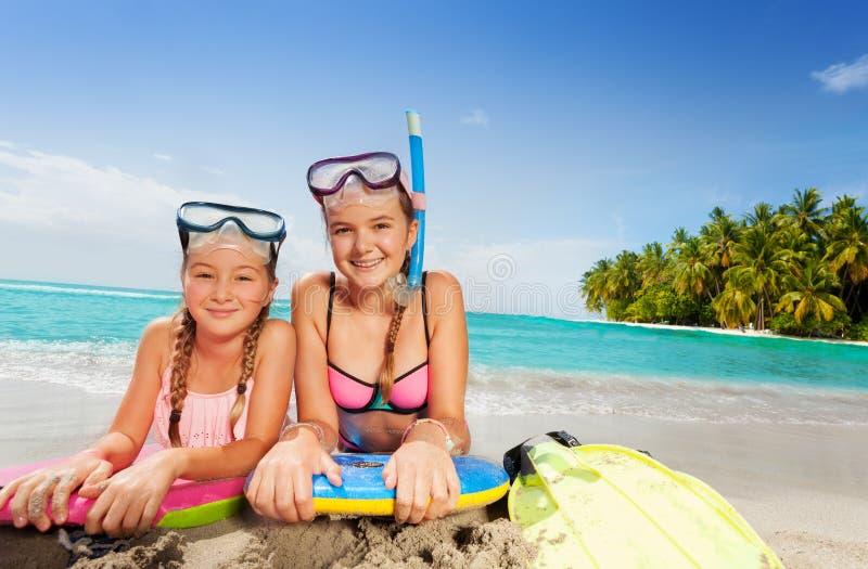 Twee mooie vrienden op tropisch eilandstrand stock afbeeldingen