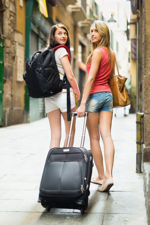 Twee mooie vrouwen met bagage stock afbeelding