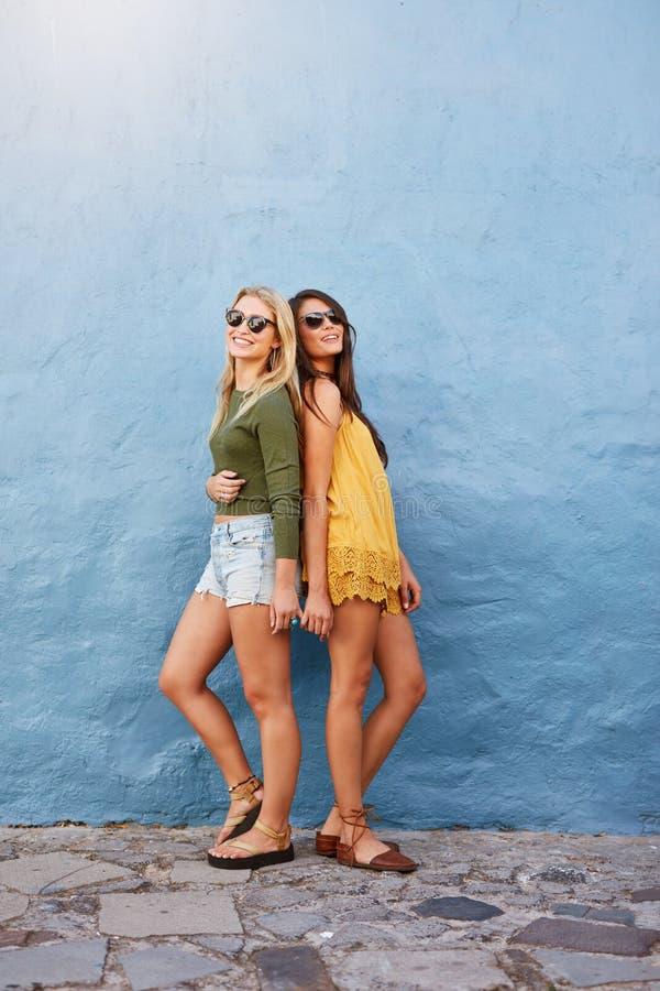 Twee mooie vrouwen in modieuze toevallig stock fotografie