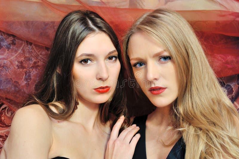 Twee mooie vrouwen in oosters binnenland royalty-vrije stock fotografie