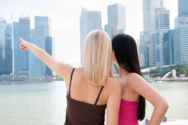 Twee mooie vrouwen in Singapore stock afbeelding