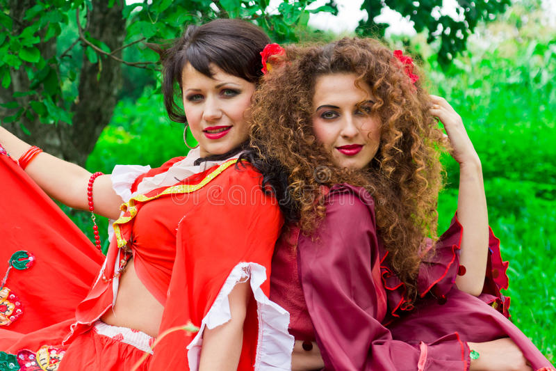 Twee mooie zigeunermeisjes royalty-vrije stock afbeeldingen