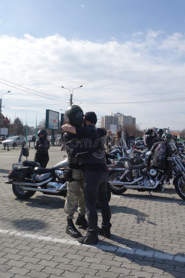 Twee motorrijders die bij motorrijders koesteren die zich in Boekarest verzamelen stock afbeeldingen