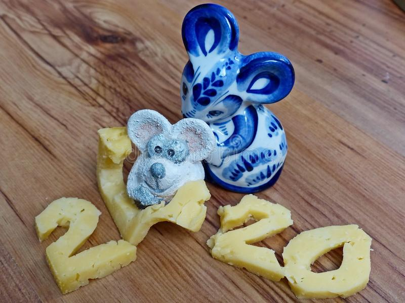 Twee muizen en kaas. Symbool 2020 witte muis. Muis in de Russische traditionele Gzhel-stijl. Russisch folkvaartuig voor keramiek royalty-vrije stock foto's