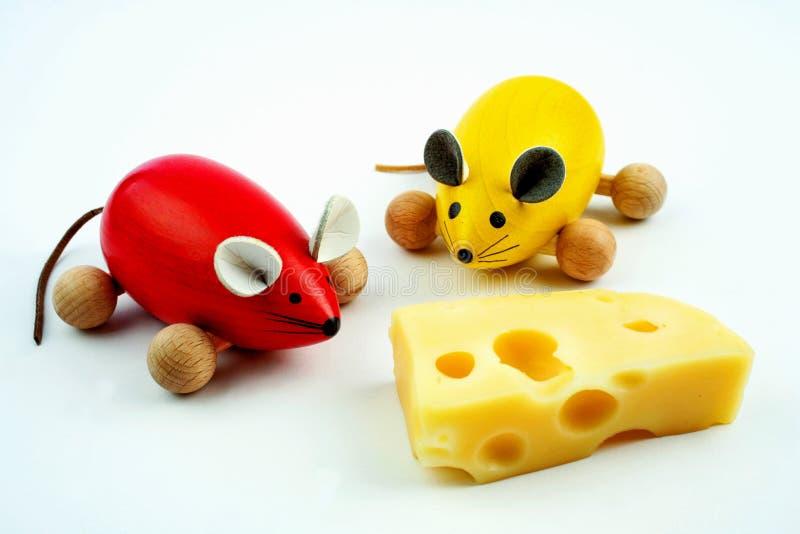 Twee muizen met kaas stock afbeeldingen