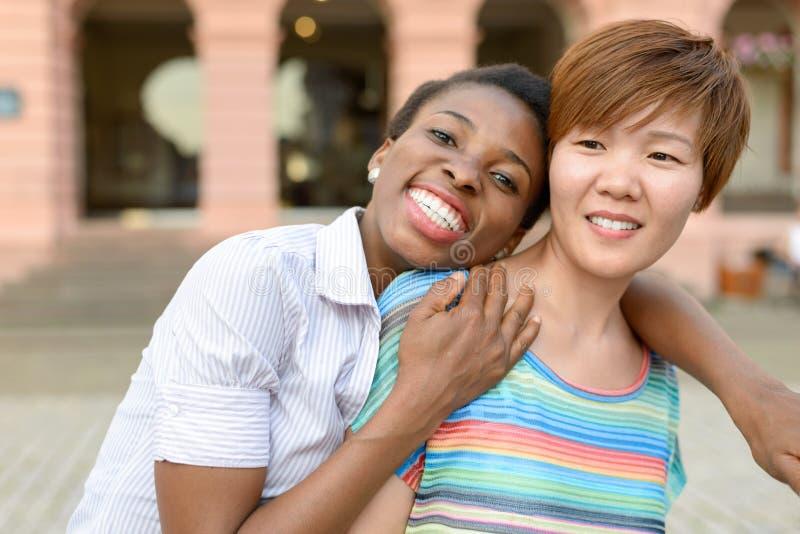 Twee multiculturele vrouwen die rond voor de gek houden royalty-vrije stock afbeelding