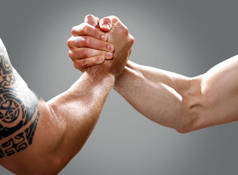 Twee musculine mannelijke handen die een overeenkomst maken royalty-vrije stock afbeeldingen