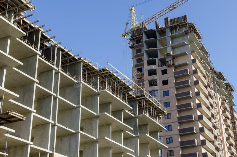 Twee nieuwe gebouwen in diverse stadia van bouw stock foto