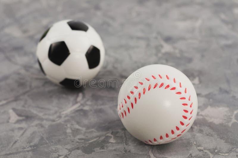 Twee nieuwe zachte rubbervoetbal en honkbalballen stock afbeeldingen
