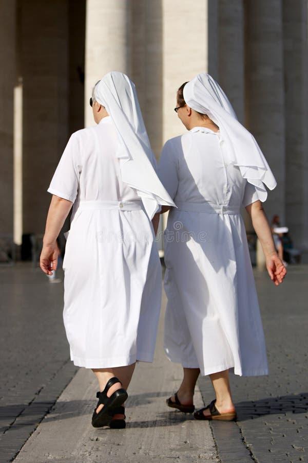 Twee nonnen het lopen royalty-vrije stock fotografie