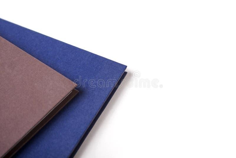 Twee notitieboekjes/kalenders die op witte achtergrond, close-up leggen stock afbeeldingen