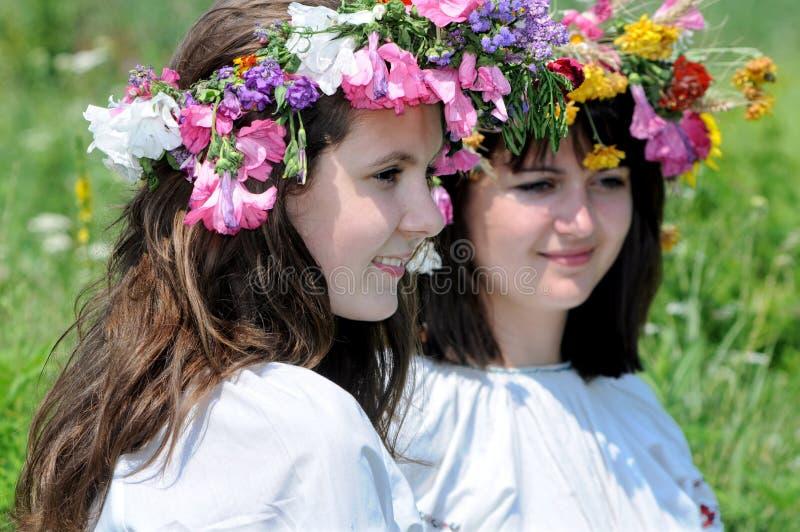 Twee Oekraïense tieners in traditionele kleren stock afbeelding