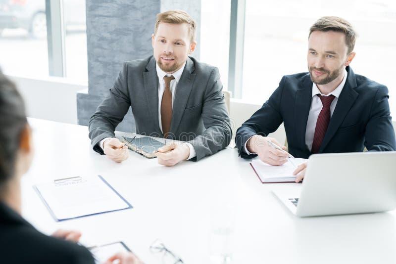 Twee Ondernemers die met Partner onderhandelen stock afbeelding