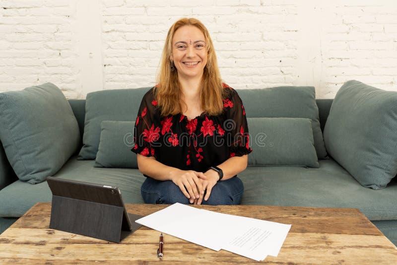 Twee ondernemersvrouwen die aan ontwerp op tablet voor hun online zaken samenwerken stock afbeelding