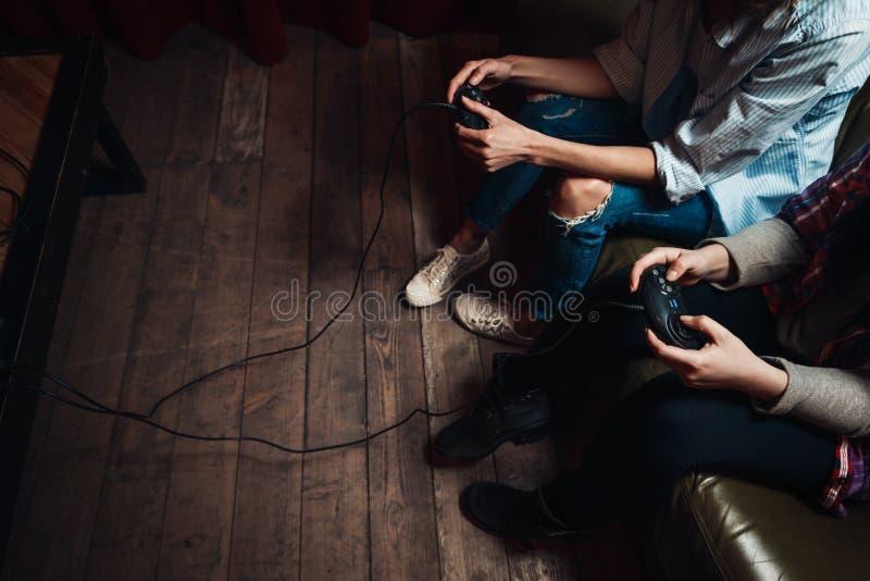 Twee onherkenbare meisjes wijdden zich aan videospelletje royalty-vrije stock afbeelding