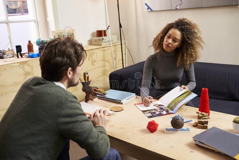 Twee Ontwerpers die Creatieve Vergadering in Modern Bureau hebben stock foto's