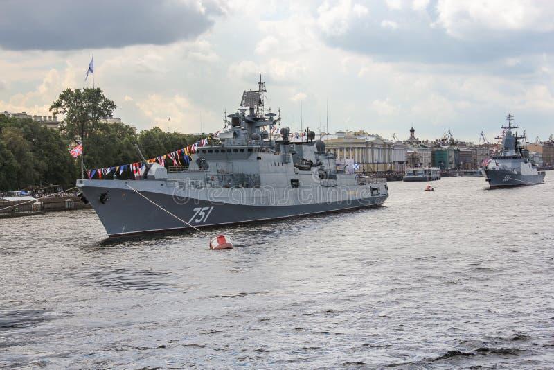Twee oorlogsschepen tegenover de Dijk van Admiraliteit royalty-vrije stock foto's