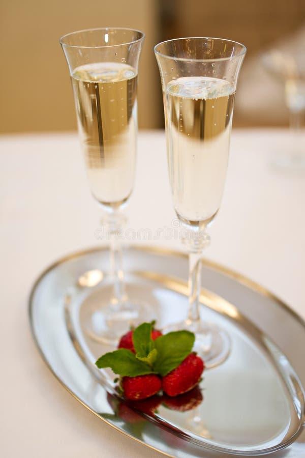Twee open vlakteglazen en aardbeien op wit royalty-vrije stock foto
