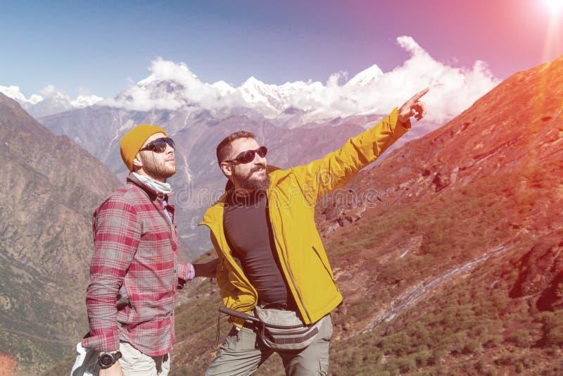 Twee openluchtmensen die op Bergsleep blijven die oude stijl richten stock afbeeldingen