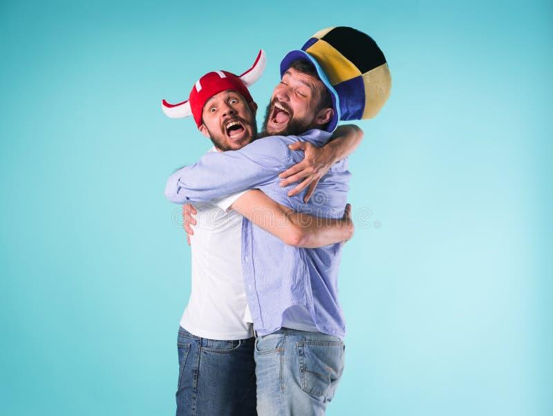Twee Opgewekte Mannelijke Vrienden vieren het Letten op Sporten stock foto's