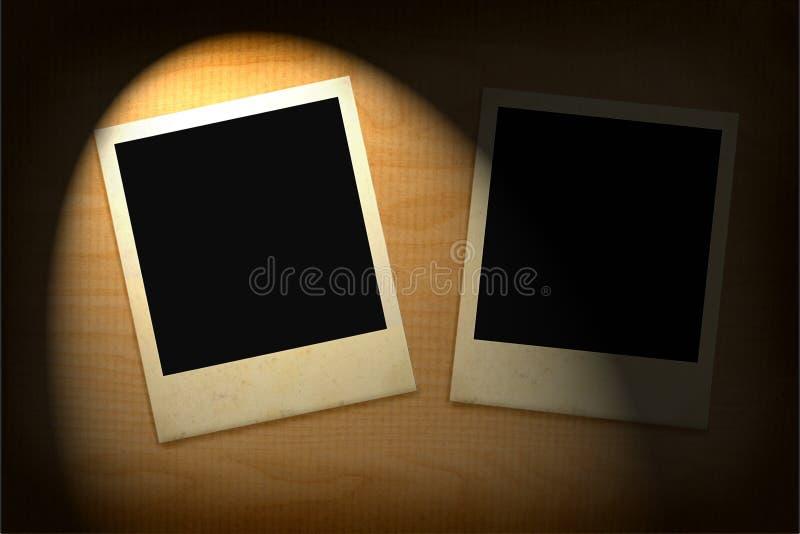 Twee oude fotoframes die in duisternis worden aangestoken stock foto