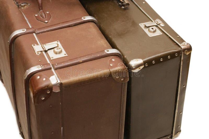 Twee oude geïsoleerde koffers stock afbeeldingen