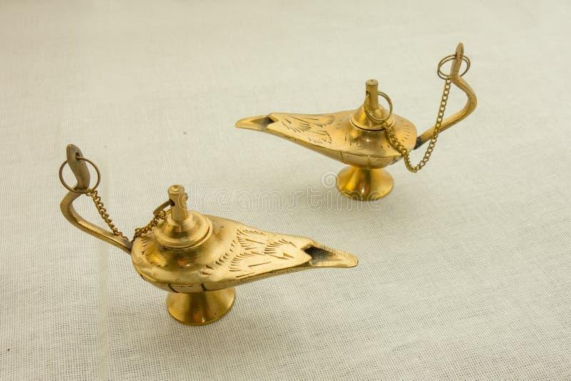 Twee oude gouden Arabische lampen op geweven stoffenachtergrond Close-upbeeld van magisch sprookje Traditionele Arabische decorat stock afbeeldingen