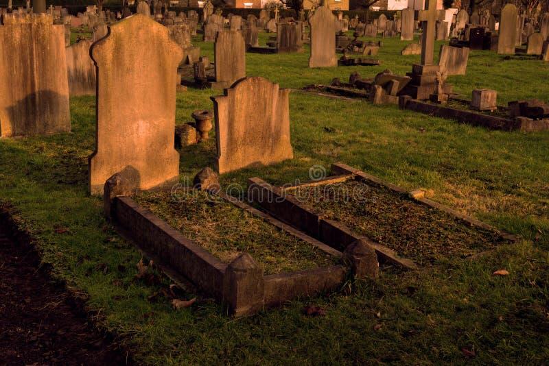Twee Oude Graven bij Gotische Begraafplaats stock foto's
