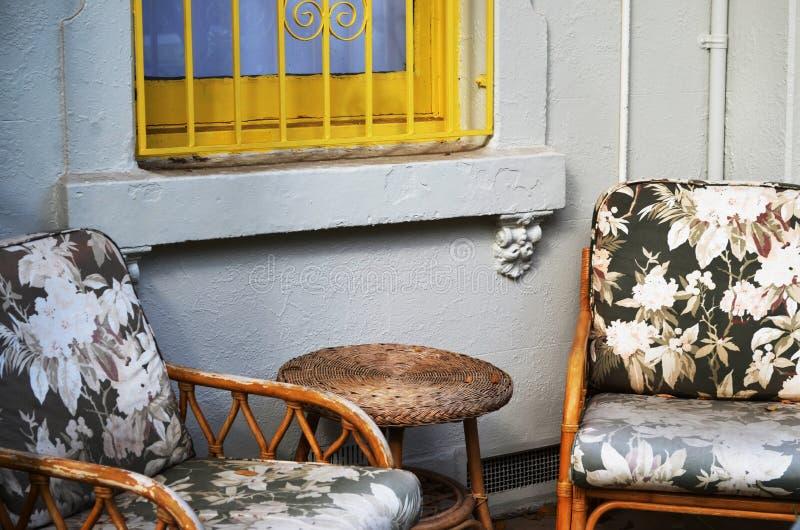 Twee oude houten stoelen op portiek royalty-vrije stock foto's