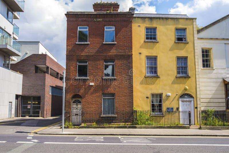 Twee oude huizen in stadscentrum van Dublin, Ierland royalty-vrije stock afbeelding
