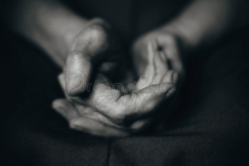Twee oude man handen royalty-vrije stock afbeeldingen