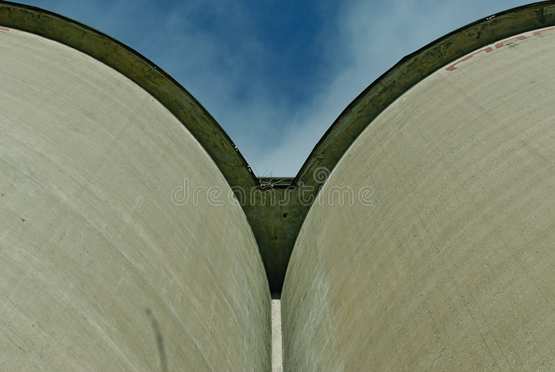 Twee oude silo's royalty-vrije stock afbeelding