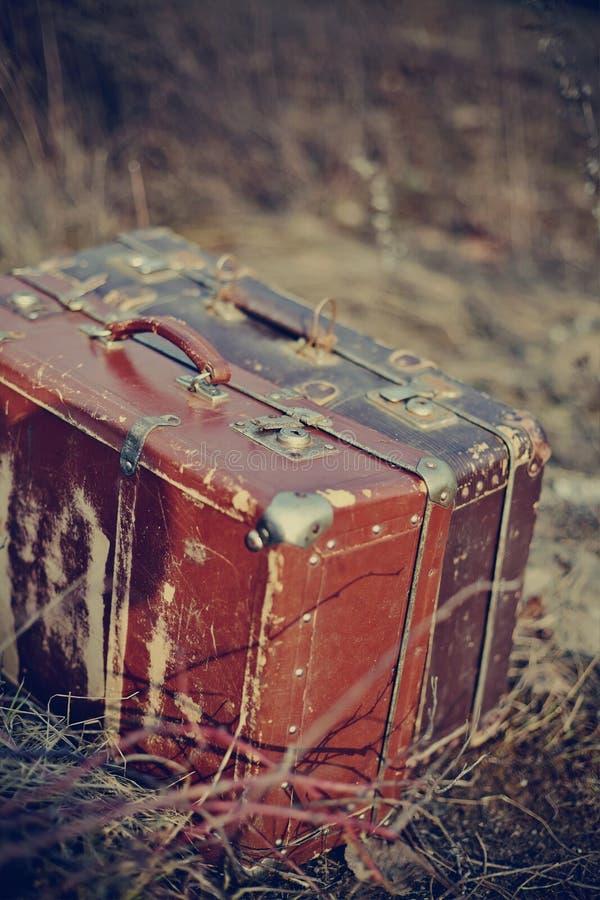 Twee oude uitstekende kofferstribune royalty-vrije stock afbeelding