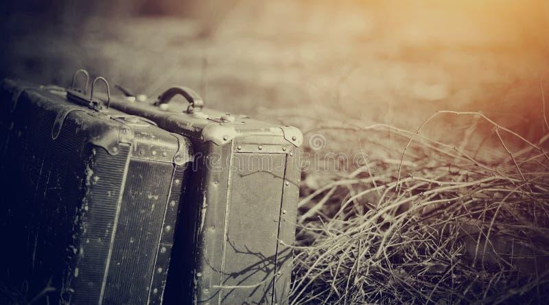 Twee oude uitstekende kofferstribune royalty-vrije stock foto's