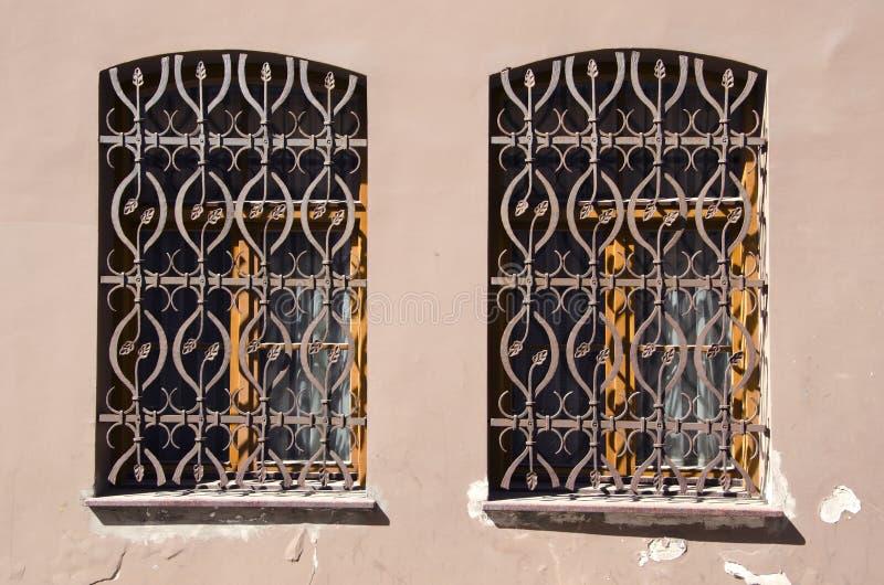 Twee oude vensters met metaalgratings royalty-vrije stock fotografie