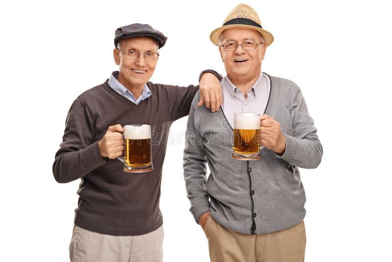 Twee oude vrienden die bier drinken stock foto's