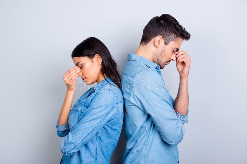 Twee overgewerkte ondernemers houdend hun vingers op neus betwe stock afbeelding