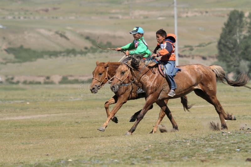 Twee paarden die tijdens Naadam-festival rennen royalty-vrije stock fotografie